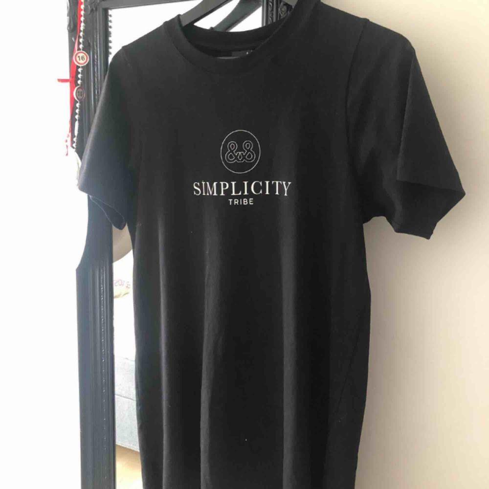 Oversized t-shirt, Använd några få gånger under sommaren. Super fint skick! Priset kan diskuteras vid snabb affär, endast swish betalning.. T-shirts.