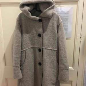 It is sold per trip! Wool coat made in Italy (indicated on the label). Very comfortable and lightweight to wear. Perfect for any cold season.