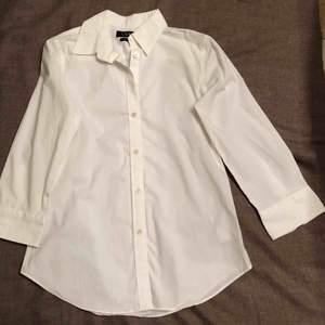 Knappt använd skjorta från Lauren Ralph Lauren i den superfina modellen embroidered button-down.  Ord.pris: 895 kronor.