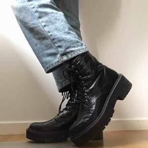 Snygga svarta kängor i svart blankt material med krokodilskinnsmönster. Säljer eftersom jag har ett par liknande. Lite rispor på insidan av foten, men annars i gott skick. Pris går att diskutera😇