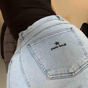 Light washed jeans köpta på Humana, oanvända av mig. Står i byxan att det är strl 46 men jag är 36/XS/S och dom har bara lite av en baggy fit på mig. Stretchigt material. Kan mötas upp i Malmö/Lund eller frakta! 💙