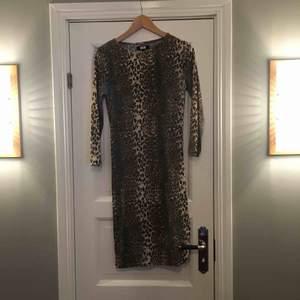 Klänning i leopardmönster från Bik Bok