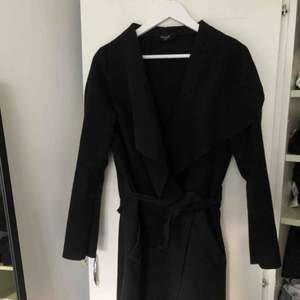 Svart kappa ifrån sisterS, bra skick:) frakt ingår ej i priset