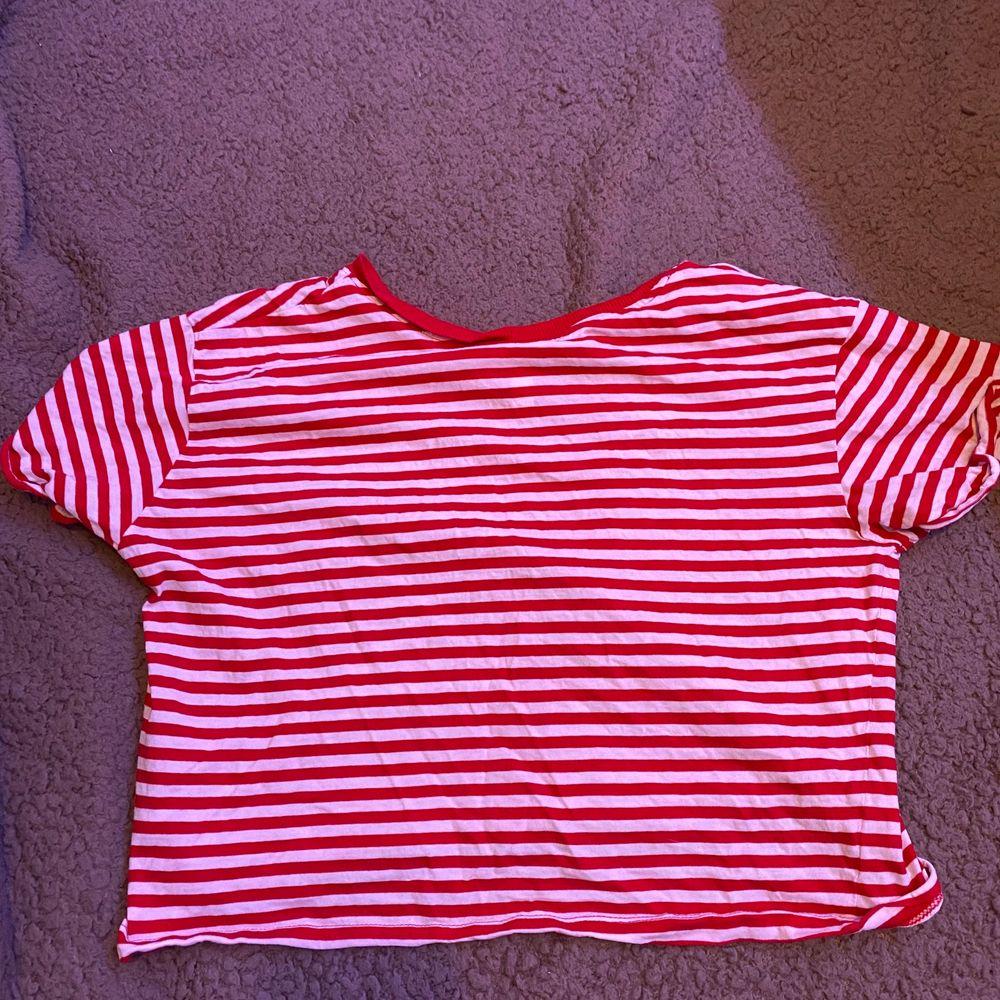 Randig T-shirt. Ganska använd. Från hm. S. Fraktar eller möts upp i Sthlm. VILL BLI AV MED ALLT. T-shirts.