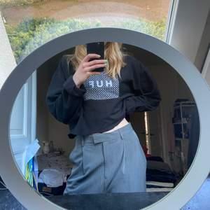 Croppad sweatshirt från HUF som från början var en XL i herrstorlek. Nu är den oversized, croppad och passar allt från XS-M. Köparen står för frakten 🌸