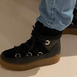 Säljer nu dessa skor i nyskick som liknar inuikii. Köpta för 1200kr på scorett, har kartongen kvar. Säljer för 600kr, kan mötas upp i Täby och Stockholm.