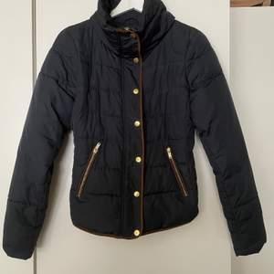 Snygg och stilren höstjacka från Vila, storlek 36. Perfekt allround jacka som passar i alla tillfällen. Buda privat!