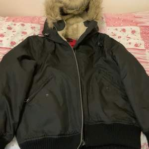 Säljer denna jacka i storlek M. Ena inner fickan är lite trasig därför säljer jag den för 80 kr.