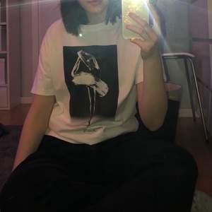 Svart och vit tröja med en ballerina på🥺 storlek L så lite oversized på mig som vanligtvis har S/M, köparen står för frakten eller så kan jag mötas upp i Uppsala, hör av dig vid frågor💗