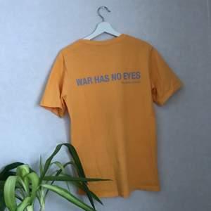 tshirt från weekday med tryck bak! använd 1 gång! köparen betalar för frakten! pma för fler bilder!😢