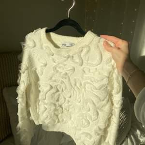 Supersöt stickad tröja med volanger från zara. Fint skick. Något croppad🤎
