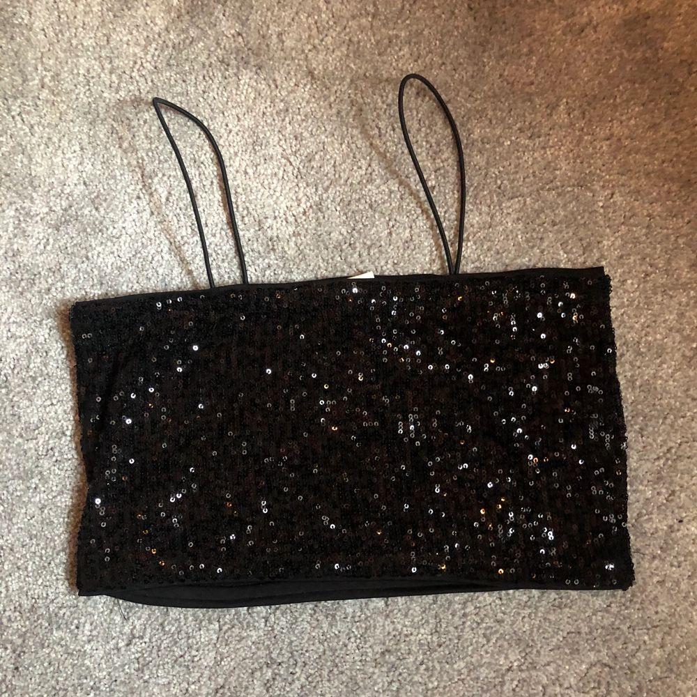 Svarta paljetter med smala straps. Köpt från hm till nyår men kom aldrig till användning. Storlek small. Toppar.