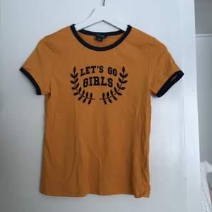 En gul T-shirt från monki! I ny skick i storlek S, köparen mötes upp i centrala Uppsala alt, står för frakt.