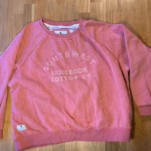 Säljer denna rosa sweatshirt som jag köpt i frankrike. Den är väldigt skön och snygg.