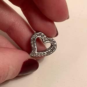 Gulligt hjärta med små stenar som går att fästa på tex ett armband eller halsband⭐️
