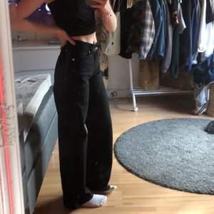 Säljer dessa svarta vida jeansen från Junkyard pga att dom inte längre används:/ Storleken är 25 men om man undrar mått finns det en storleksguide på junkyards hemsida! ✨VID KÖP AV FLER JEANS I SAMMA KÖP KAN PRIS DISKUTERAS✨