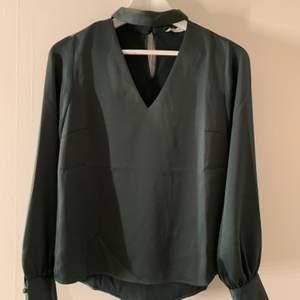 Mörkgrön blus med choker 🤍 endast provad! storlek 34, frakt tillkommer