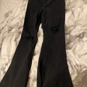 Säljer denna Jeans nu i storlek XL. Använt endast under ett tillfälle och inte sedan dess pågrund av att jag gått ner två tre steg i Storkek på byxor idag så ni kan gärna diskutera pris med mig!
