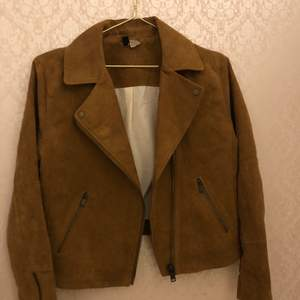 A brown spring jacket in the size 38EU, has only been used once, it runs a little bit small but is in great condition. It's from H&M and I think I bought it for 200kr, message me if you have any questions:)