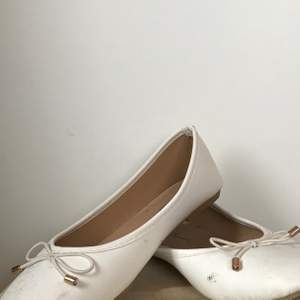 Fina vita ballerinaskor som jag köpte när jag skulle på bal förra året. Perfekta till skolavslutningar eller bara en varm sommardag. De är använda en gång och vid köp så tvättar jag dem såklart. Säljer då jag inte får nån användning av dem nu. Köparen står för frakten och har du frågor så är det bara att skriva💛
