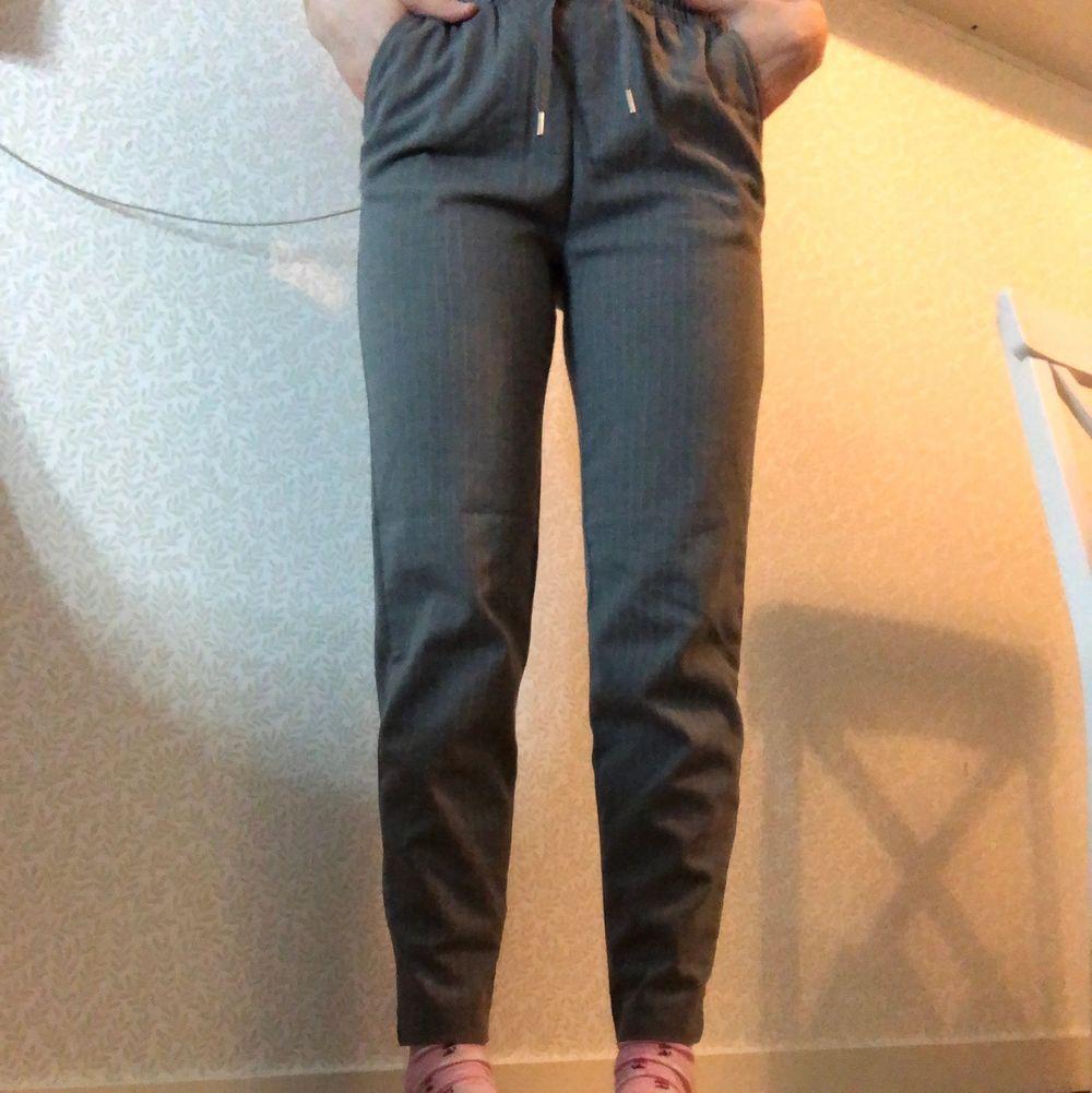 Ett par byxor ifrån hm som är gråa men små vita ränder. Säljs då jag tycker dom inte sitter bra på mig så dom har aldrig kommit till användning💎 storlek s🥰. Jeans & Byxor.