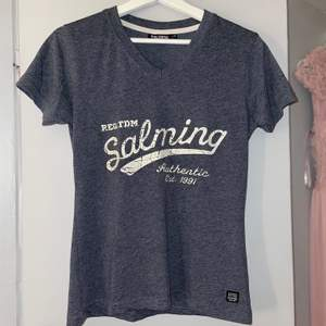 En jättefin och jätteskön tröja från märket Salming! Den är marinblå/mörkblå och är i ett jätte mjukt materiel. Knappt använd så i nyskick! Storlek XS men passar mig som är en S eftersom den är väldigt stretchig. Nypris ca 400kr🤍