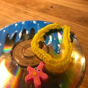 Hej jag gör loombands smycken. Just nu säljer jag många olika, men man kan även kontakta mig om man vill designa sina egna! ❤️ FRAKT TILLKOMMER. Kolla gärna in min profil för liknande. 9kr styck.💕