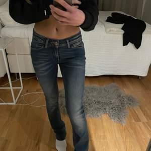 Super fina Lågmidjade jeans. Nyskick. Storlek 27, passar mig som är runt en S💗Kan både frakta och mötas upp