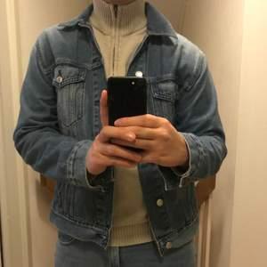 Väldigt fin jeansjacka från Volt-märket These Glory Days. Köpt för runt 800-900 för två år sedan. Riktigt fint skick.