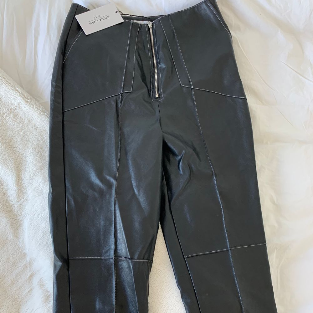 Skinnbyxor från NAKD. Helt oanvända med lappen kvar! Snygga och coola! Strl 36. . Jeans & Byxor.