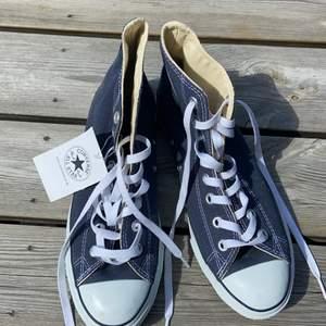 Helt nya höga converse i storlek 40, aldrig använda, köparen står för frakten!💗