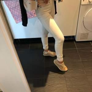 Vita jeans från Dr. Denim, de är i fint skick och alltså inga fläckar eller liknande. Oerhört strethciga så passar Xs-M💗
