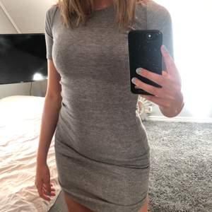 Superfin grå klänning från Therese Lindgrens kollektion för NA-KD, storlek xs