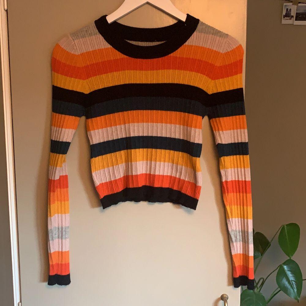 Färgglad tröja, minns ej var den köptes. Använd fåtal gånger. Nästan nyskick.. Stickat.