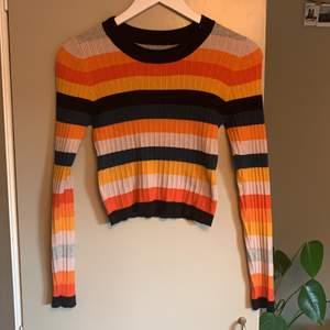 Färgglad tröja, minns ej var den köptes. Använd fåtal gånger. Nästan nyskick.