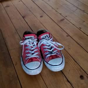Röda låga Converse, använda men bra skick!