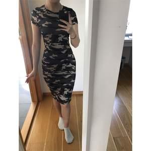 Klänning från Madlady med kamouflagemönster. Storlek s men passar xs-m. Går precis över knäna på mig som är 166 cm lång. Jättebekvämt och luftigt material (men ej så man ser igenom). Aldrig använd. Frakt tillkommer 📦