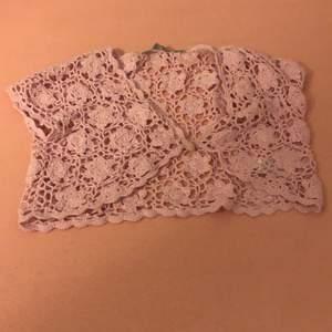 Rosa kofta från Lindex i storleken 152. Det finns också i vit.