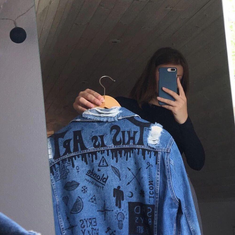 Säljer en skitsnygg jeansjacka som jag ritat liiiite för mycket på heh därav de låga priset :))) Den är från början köpt på Bik Bok och är i storlek XS! Dock väldigt oversized för o vara en XS! . Jackor.