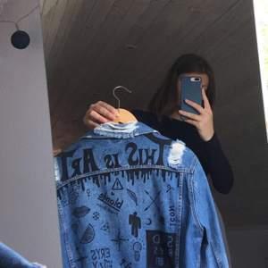 Säljer en skitsnygg jeansjacka som jag ritat liiiite för mycket på heh därav de låga priset :))) Den är från början köpt på Bik Bok och är i storlek XS! Dock väldigt oversized för o vara en XS!