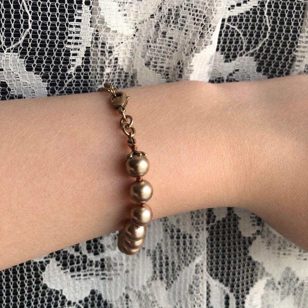 Ett så himla gulligt armband med guldiga pärlor på✨ kedjan är fast på pärlorna genom en typ av tjärna, vilket ger en så fin detalj! Passar så bra till sommaren med alla varma färger🥰💛 priset är inklusive frakten! Pm om frågor eller bilder💛. Accessoarer.
