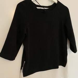 Fin vit/svart tröja. Bra skick! Köparen står för frakt