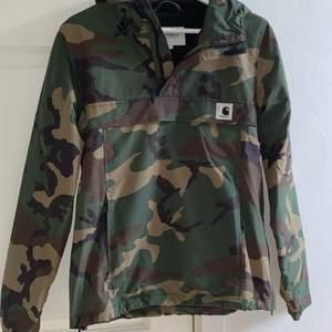Pullover Jacka från Carhartt. Storlek S Jackan har en stor ficka på magen. Köpt på Junkyard för 1700kr, säljes för 700kr. Använd många gånger, är i gott skick.