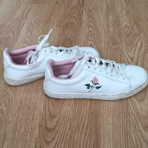 Ett par vita skor från H&M med lite rosa detaljer. Andvända kanske 2 gånger. Väldigt bra skick. Köparen står för frakten🥰