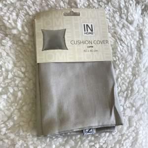 Köpte fel storlek så säljer dessa silvriga/ljusgråa kuddfodral (har 2st). 40x40cm