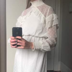 Jättesnygg vit klänning från Gina tricot. Jättefin att använda som kjol också. Använd en gång.