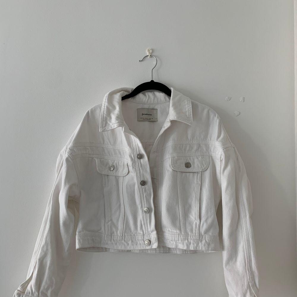 Vit jeansjacka köpt från zalando (storlek S) - knappt använt pga storlek men kunde ej skicka tillbaka eftersom lappen är borta!! Jättefin och somrig 🥰🥰🥰 (frakt tillkommer). Jackor.