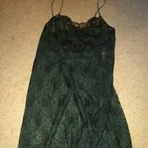 Mörkgrön goth Lace klänning, storlek M/L. Bra kvalitet. Köpt secondhand. Hund och katt finns i hemmet. Köparen betalar frakt