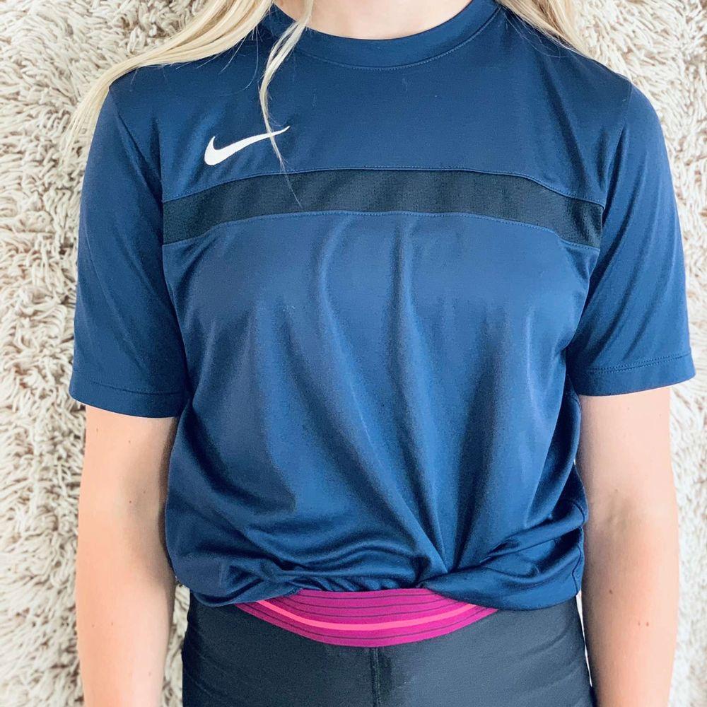 Mörkblå Nike sport t-shirt, använd två eller tre gånger, såljer för att den är för liten, xl I barnstorlek men xs/s I vanlig. frakt ingår. Huvtröjor & Träningströjor.