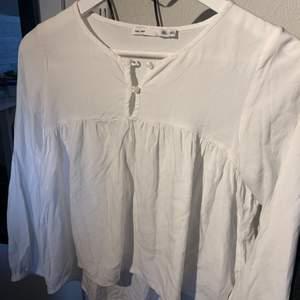 fin, vit blus, knappt använd men kan dock behövas strykas innan användning hahaha. Den passar mig som är en xs/s i vanliga fall🥰